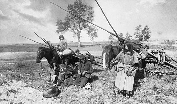 Photographie d'une famille et de deux chevaux avec travois.