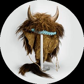 Image d'une coiffe cérémonielle avec deux cornes et de la fourrure prélevées sur un bison