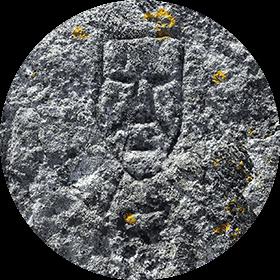 Photographie d'une surface rocheuse et de ses motifs gravés et envahis par les lichens