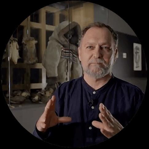 Dans cette vidéo, Louis Gagnon, de l'Institut culturel Avataq, nous parle de la découverte de Qajartalik par la communauté des chercheurs. Il décrit les différents travaux menés au fil des décennies afin de mieux connaitre et protéger les gravures rupestres du lieu.