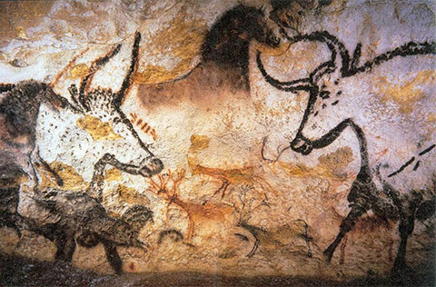 Detail of a cave painting where one sees in the foreground 2 bulls in profile and a horse in the center and, in the background, 3 smaller deer.