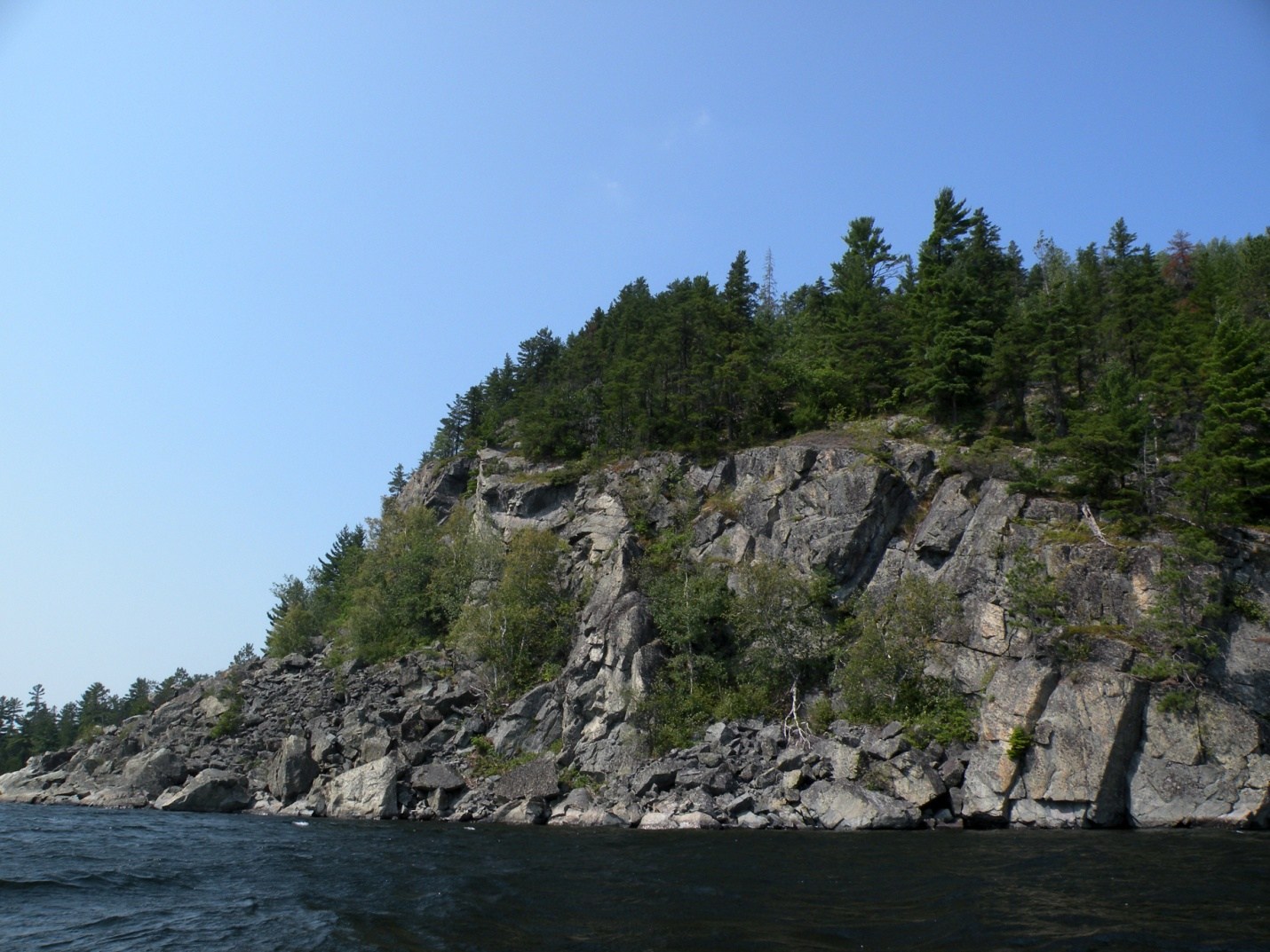 Picture of the Kaw-gaw-gee Waw-bee-kōng cliff on Obabika Lake in Ontario, Canada