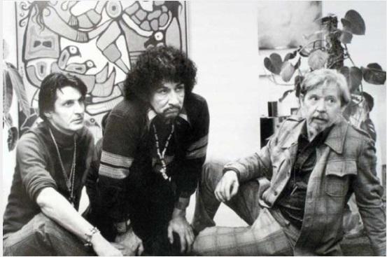 Photographie de Selwyn Dewdney assis en compagnie des artistes Jack Pollock et Norval Morrisseau
