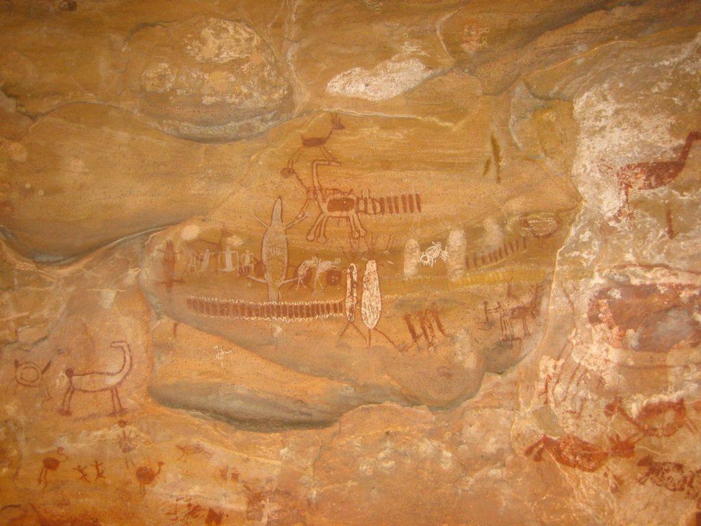 Photographie d'une peinture rupestre localisée au parc national de Serra da Capivara au Brésil. Elle représente de nombreux animaux tels que les reptiles.