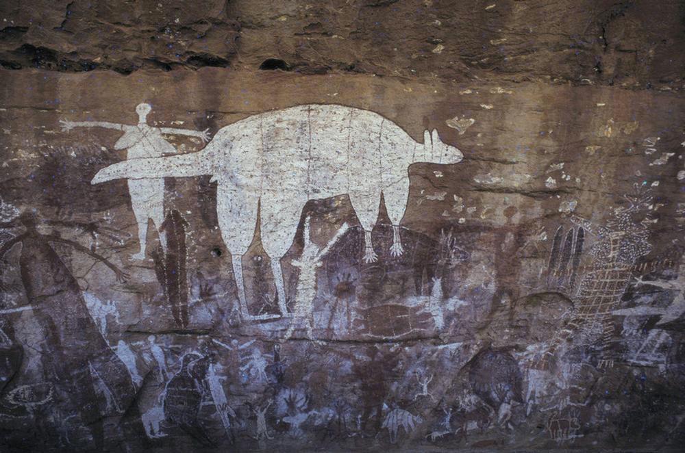 Photographie présentant une superposition de nombreux motifs figuratifs. Ces personnages se rattachent à un riche univers mythologique propre à certaines sociétés autochtones des régions du nord de l'Australie. Site d'Ubir, parc national de Kakadu.